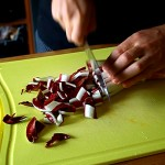 Tagliate a pezzetti i cespi di radicchio