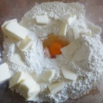 Impastare farina, uova e burro