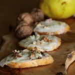 Crostini caldi con pere, gorgonzola e noci