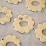 Disporre i biscotti sulla carta da forno