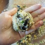 Façonner en petites boulettes avec vos mains