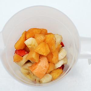 Mettete la frutta nel frullatore