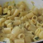 Mix the pasta on the heat