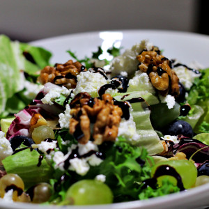 Mixed salad of grapes, goat's cheese and walnuts