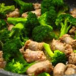 Brokkoli in einer Pfanne