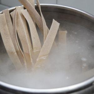 cuocere la pasta insieme ai ceci