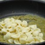 Scolare la pasta e versarla in padella