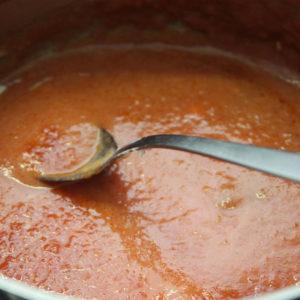 Versare il sugo alla ricotta nel resto del sugo