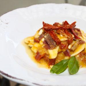 Foglie di ulivo con passata gialla, pescatorino e pomodori secchi  - Ricettepercucinare.com